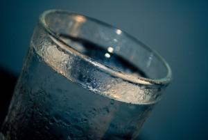 Cuando beber agua fría o agua caliente